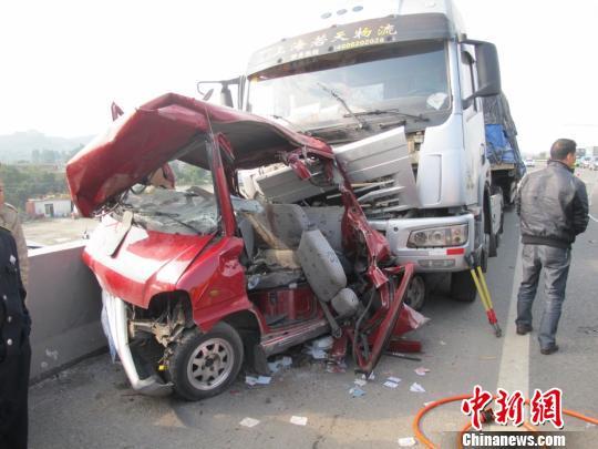 贵阳境内沪昆高速汽车追尾致5死1伤 组图