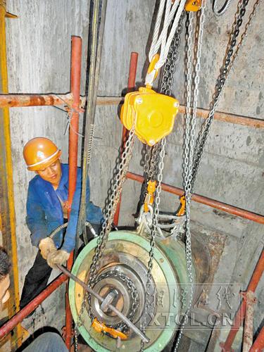 施工人员在给三桥塔柱安装千斤顶(施工单位提供)