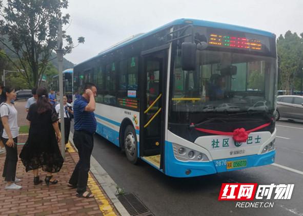 湖南:梅溪湖环湖路社区巴士开通 高峰发车间隔8分钟