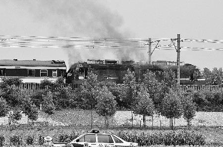 青岛开往广州一列车中途火车头起火