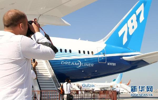 迪拜航空展呈现精彩飞行表演