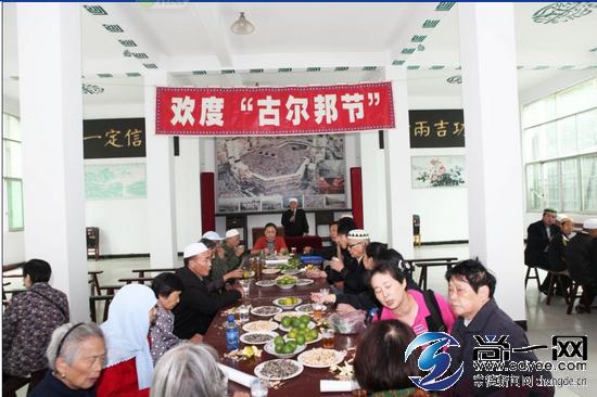 回 维族穆斯林200多人齐聚清真寺欢度古尔邦节