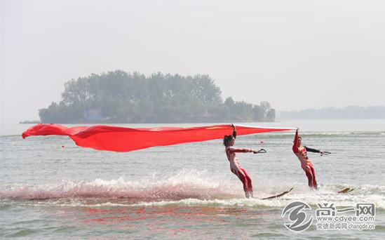在快艇的牵引下,由滑水运动员托举的五星红旗迎风招展.菲莱特帆船图片