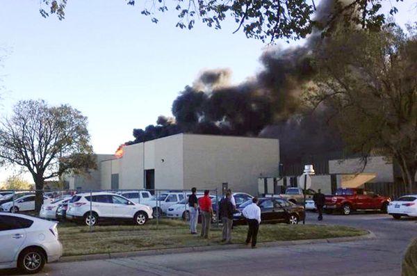 美国小型飞机撞上机场建筑