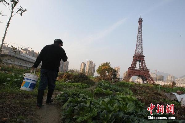 杭州山寨埃菲尔铁塔被菜地包围