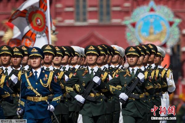 在俄罗斯首都莫斯科,中国人民解放军三军仪仗队在
