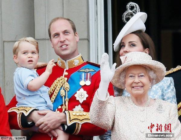 英国女王庆生 乔治小王子 抢镜图片