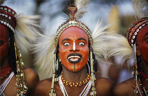 非洲成人影视_非洲部落举行求偶节 男子化浓妆\