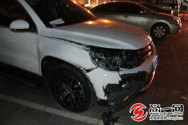 现场另一台被撞越野车,右前方受损.尚一网记者