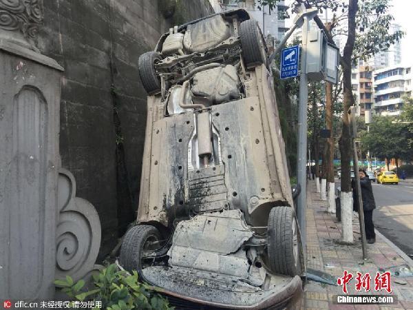 重庆一女司机错挂倒档坠下堡坎底朝天