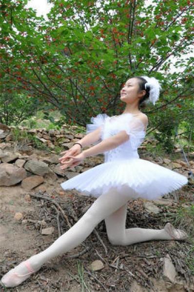美女樱桃树下跳芭蕾_青岛美女樱桃树下跳芭蕾表演锁骨挺樱桃6