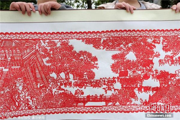 24名小学生利用课间完成12米长《清明上河图》剪纸