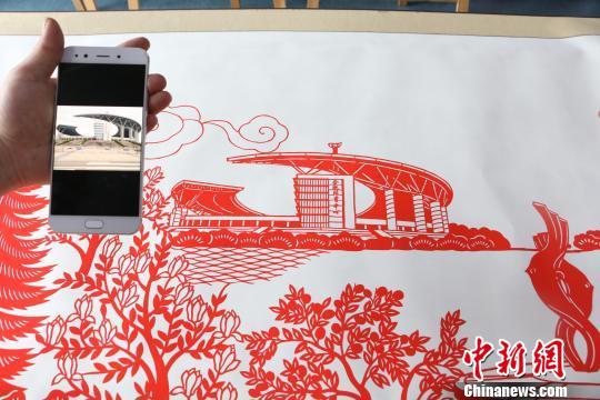 图为剪纸作品与照片的对比图. 夏莹 摄