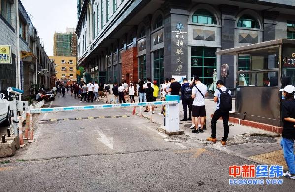 北京核酸检测排队市民:曾在确诊病例餐馆附近